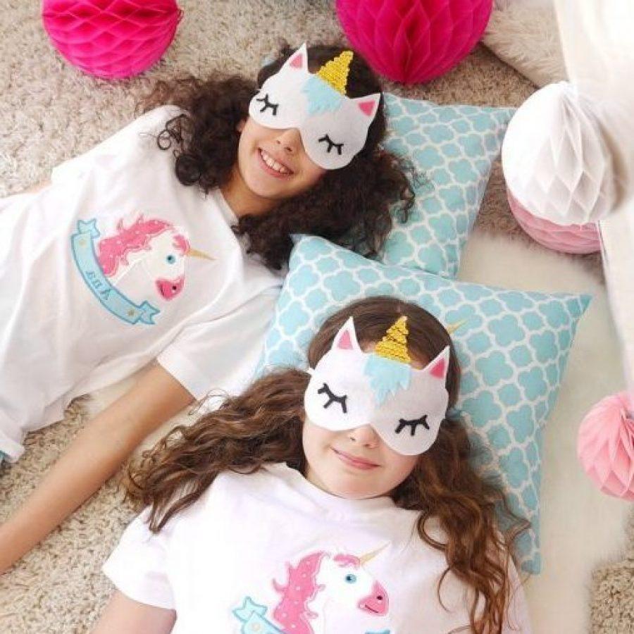 девочки в футболках и масках единорогов